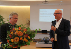 Der neu gewählte Stadtrat Ernst Zülle (l.) nimmt das von Stadtammann Andreas Netzle übergebene Amt an. (Bild: ek)