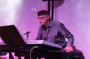 Der bekannte Jazz-Musiker Paul Amrod steht mit der Doors Theater Band auf der Bühne. Er transkribierte die Orgelnoten eigenhändig. (Bild: zvg)