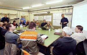 Sicherheitsverbundsübung im Ortskommandoposten Kreuzlingen: Die grenzüberschreitenden Arbeitsgruppen trainieren die Zusammenarbeit für den Ernstfall. (Bild: Mario Gaccioli)