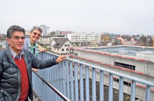 Carl Ruch (Präsident) und Anna Jäger (Geschäftsführerin) vom AZK begutachten den Baufortschritt beim Neubau. (Bild: Thomas Martens)