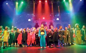 Mehr als 60 Kinder und Jugendliche stehen auf der Bühne. (Bild: zvg)