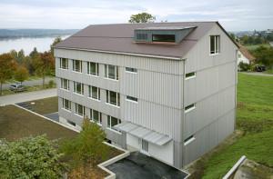 Das Kompetenzzentrum Beratung auf dem Arenenberg ist in den neuen mehrgeschossigen Bürobau aus Holz eingezogen. Die Fassade ist komplett aus Thurgauer Fichtenholz konstruiert. (Bild: zvg)