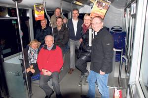 Pressekonferenz im Stadtbus 903: Die EVP stellt Thomas Beringer (r.) zum zweiten Mal als Kandidat für die Wahl zum Stadtrat auf. (Bild: sb)