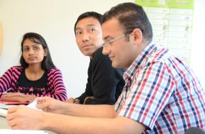 Ein Syrer, ein Tibeter und eine Frau aus Sri Lanka (v.r) folgen aufmerksam dem Deutschunterricht im Kompetenzzentrum Integration in Frauenfeld. (Bild: zvg)