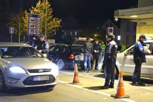 Die Grenze soll Einbrechern keinen Schutz bieten: Die Kantonspolizei Thurgau führte am Wochenende unter anderem Ausreisekontrollen an Grenzübergängen durch. Im Hintergrund kontrollieren Angehörige des Grenzwachtkorps den einreisenden Verkehr.                                                                                                                                                                                                             (Bild: Kantonspolizei Thurgau)