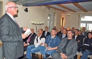 Stadtammann Andreas Netzle referiert beim Gewerbeverein. (Bild: Thomas Martens)