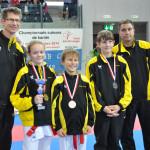 Unser Bild zeigt (v.l.) Coach Reto Kern, Matilda Bäni, Janick Schmid, Nikals Barth und Coach Dejan Pavlovic. (Bild: zvg)