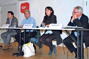 Diskutierten über Einsparungen bei der Bildung (v.l.): Silvano Castioni, Ruedi Herzog, Monika Knill und Jürg Schenkel. (Bild: Thomas Martens)