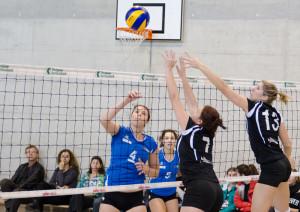 Nadine Bollmann (7) und Nadine Göldi (13) blocken den Angriff. (Bild: Oliver Cerny)