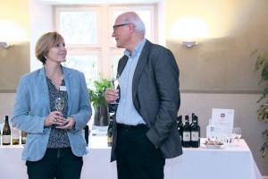Weinhändlerin Sandra Diebold aus Amriswil im Gespräch mit Stadtammann Andreas Netzle an der Eröffnung der Weinmesse AVINO.(Bild: ek)