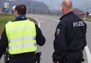 Gemeinsame Kontrolle von Schweizer Grenzwacht und deutscher Bundespolizei. (Bild: GWK)