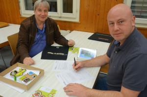 Patrick Müller (Präsident, rechts) und Stephan Wicki (Vize-Präsident, links) unterzeichnen die «cool and clean»-Vereinbarung von Swiss Olympic. (Bild: Hanu Fehr)