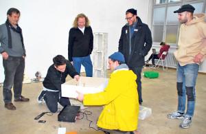 Der Kunstraum bietet stets Raum für Experimente, sehr zur Freude von Kurator Richard Tisserand (li.) und der Zürcher Hochschule der Künste. (Bild: zvg)