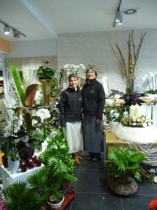 Im «BeriWa Düfte & Blumen fürs Herz» begrüssen sie Alexandra Franzmann (rechts) mit ihrer Praktikantin Hanan Aswad. (Bild: gb)