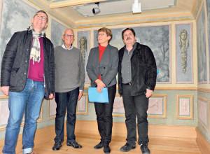 Schön geworden: Thomas Fischer (Präsident Stiftungsrat), Vorgänger Otto Walthert, Leiterin Heidi Hofstetter und Architekt Markus Amstutz sind voll des Lobes über die restaurierten Wandmalereien im Altbau. (Bild: Thomas Martens)