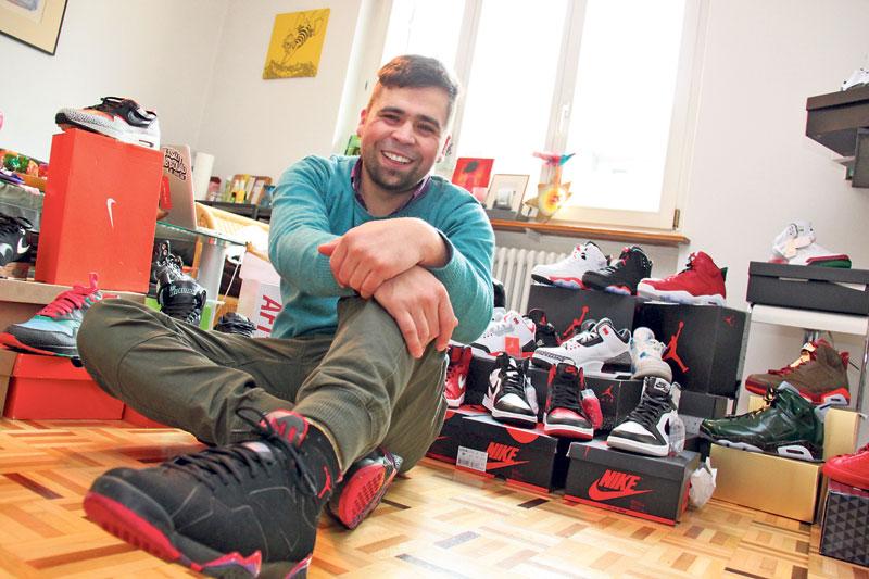 Daniel Gavrilov vor seiner Sneaker-Sammlung. Viele davon sind «dead stock», sprich ungetragen und ausverkauft. (Bild: ek)