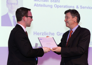 Michael Stahl (links) erhält den Learning & Teaching Award von Departementsleiter André Haelg. (Bild: zvg) Michael Stahl (links) erhält den Learning & Teaching Award von Departementsleiter André Haelg.