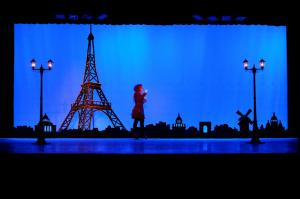 Auch ein grosser Eifelturm gehört zum Bühnenbild. (Bild: zvg)