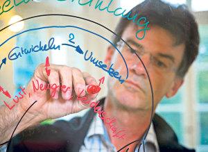Der Pädagoge und Hirnforscher Christoph Bornhauser versucht in seinem Vortrag das Thema Pubertät betroffenen Eltern näher zu bringen.(Bild: zvg)
