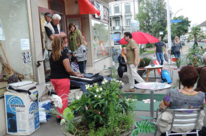 Besucherinnen und Besucher vor der Kunst Apotheke Arndt. (Bild: zvg)