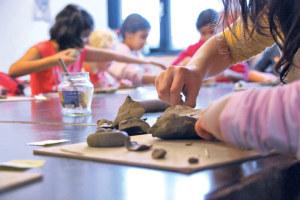 Die Kinder arbeiten konzentriert. Die Werke werden später am Fenster ausgestellt. (Bilder: sb)
