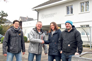 Pirmin Loser (v.l.) und Gregor Kohler vom OJA Verein Tägerwilen-Gottlieben bei der Vertragsunterzeichnung mit Linda Bühler und Bastian Ehrmann von der OJA Kreuzlingen. (Bild: ek)