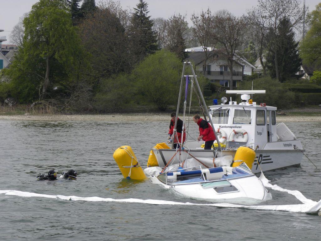 Die Seepolizei bei der Bergung eines Motorbootes. (Bild: zvg)