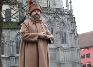 Hieronymus von Prag führt durch Konstanz. Jeden zweiten Freitag werden Besucher auf eine inszenierte Zeitreise mitgenommen. (Bild: Katja Angermaier)