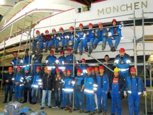 Das Team der Bodensee-Schiffsbetriebe (BSB) hatte das Motorschiff «München» zur Revision auf der Werft in Friedrichshafen. Das Schiff bekam auch einen neuen Motor. (Bild: zvg)
