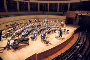 Die Jugendmusik Kreuzlingen in der Esplanade Concert Hall in Singapur. Beim Konzert am Wochenende spielt das Blasorchester auch Stücke aus der Singapurreise und dem Kampf der Orchester. (Bild: zvg)