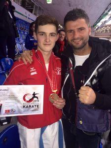 Der frischgebackene Europameister Kol Kabashi mit Trainer Elson Kabashi. (Bild: zvg)