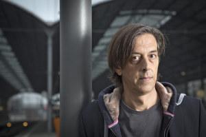 Pedro Lenz auf dem Bahnhof. (Bild: zvg)