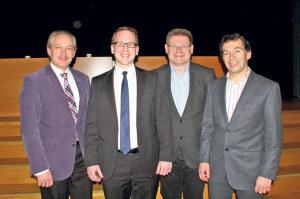 David Blatter, Michael Stahl, René Zweifel und Silvano Castioni (v.l.) kandidieren für das Amt des Kreuzlinger Schulpräsidenten. Am Dienstagabend stellten sie sich in Bottighofen auch den Fragen aus dem Publikum. (Bild: sb)
