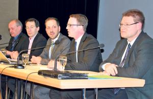 Auch Moderator Mario Testa (Mitte) gelang es nicht, grosse Unterschiede zwischen den Schulpräsidiums-Kandidaten (v.l.) David Blatter, Silvano Castioni, Michael Stahl und René Zweifel herauszuarbeiten. (Bild: Thomas Martens)