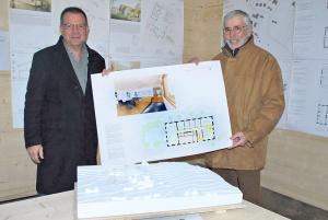 Institutsleiter Thomas Bücheler (li.) und der Präsident der Aufsichtskommission, René Imesch, freuen sich über die Siegerentwürfe für die Sanierung des Internatsgebäudes (Grafik) und die Erweiterung des Schulhauses (Modell) der Schule Bernrain. (Bild: Thomas Martens)