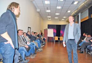 Peter Porubcan (Bodensee Devils, li.) spricht an der von Reto Oberhänsli moderierten Sportnetz-Veranstaltung. (Bild: Thomas Martens)