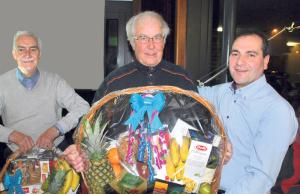 Präsident Alfredo Sanfilippo (r.) ehrte Alfred Fleck (l.) und Alfred Merz für ihre jeweils 50-jährige Vereinsmitgliedschaft. (Bild: Thomas Martens)