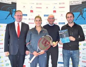 UBS-Vertreter Kurt Brunnschweiler, Spielerin Nina Stadler, Turnier-CEO Bernhard Hochstrasser und Turnierdirektor Ralph Zepfel freuen sich auf das 3. ITF Women's Circuit in Kreuzlingen.(Bild: Thomas Martens)