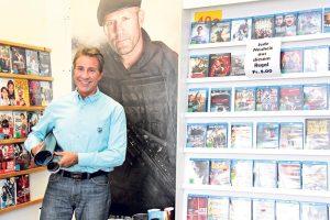 Christian Heiz vor seinen verbliebenen DVDs. (Bild: ek)