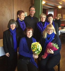 (Hinten von links nach rechts: Anna Mason, Annamarie Schwarz, Hartmut Rausch, Margrit Eglauf, Ruth Auciello. Vorne sitzend mit Blumen: Gisela Schlegel, Monika Hauser. (Bild: zvg)
