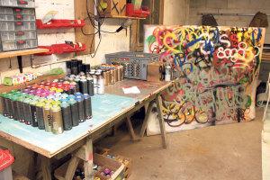 Die Werkstatt von rways. Jede Farbe hat er zweimal auf Lager. (Bild: ek)