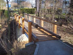 Ist nicht nur sicher, sondern sieht auch noch hübsch aus: die neue Brücke über dem Schoderbach im Bellevue-Areal. (Bild: zvg)