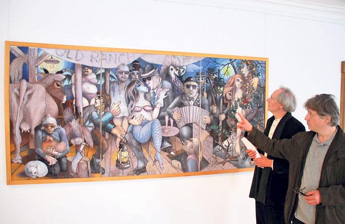 Kurator Philippe Mahler (r.) und Ideengeber Matthias Peters vor dem Tryptichon «Summa».(Bild: Stefan Böker)