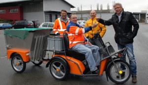 Schlüsselübergabe: Stadtrat Ernst Zülle überreicht Martin Meli den Schlüssel für das Elektro-Dreirad im Beisein von Werner Stiefel, Leiter Werkhof und Stefan Bobot, Firma Kyburz.  (Bild: IDK)