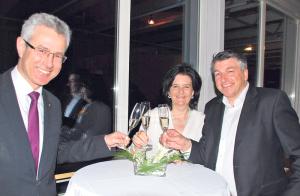 Hans-Jörg Schoop, Renate Giger und Werner Meister vom Gewa-Vorstand stossen mit Vorfreude auf eine erfolgreiche Messe 2015 an. (Bild: Thomas Martens)
