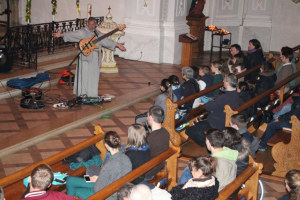 Pater Stan rappte und spielte Gitarre. (Bild: zvg)