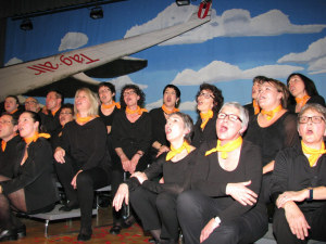 Der Chor in voller Action. (Bild: Manuela Olgiati)