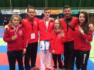 Die erfolgreichen Karatekas Zemime, Engjul, Kol, Nevina, und Lorika (v.l.) mit Trainer Elson Kabashi. (Bild: zvg)