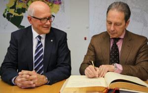 Eine persönliche Widmung im Kreuzlinger Gästebuch verewigt: Botschafter Cosimo Risi mit Stadtammann Andreas Netzle. (Bild: zvg)