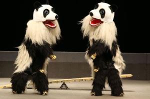 Nicht etwa der Stuttgarter Rapper Cro im Doppelpack, sondern zwei Artisten des Circus Royal als Pandabären verkleidet. (Bild: zvg)